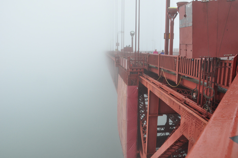 VIEW OF THE SIDE OF THE GOLDEN GATE BRIDGE
